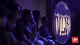 Penonton fokus menyaksikan pertunjukan Wayang Bocor. Wayang Bocor diharapkan dapat membangun jaringan bagi para pelaku seni. (CNN Indonesia/Bisma Septalisma)