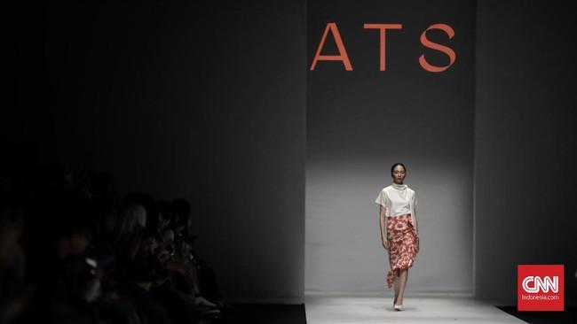 Salah satulooktak biasahadir dengan konsep rok asimetris. Rok dengan warna oranye bercorak putih ini tampak unik dengan detail ruffle.(CNN Indonesia/Adhi Wicaksono)