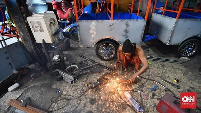 Rencana kebijakan itu tentu membuat resah banyak kalangan, termasuk bengkel odong-odong seperti yang terletak di Cipinang, Jakarta Timur. (CNN Indonesia/Daniela Dinda).