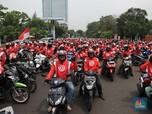 Berjaket Merah Putih, Ini Ojol Bonceng Pesaing Grab & Gojek