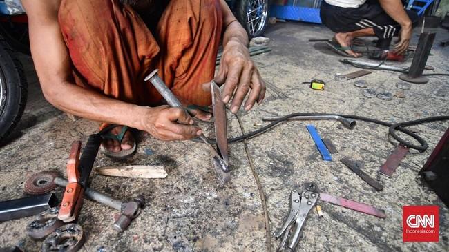 Padahal odong-odong selama ini menjadi salah satu pemasukan bagi mereka yang bekerja di bengkel khusus odong-odong ini.(CNN Indonesia/Daniela Dinda).