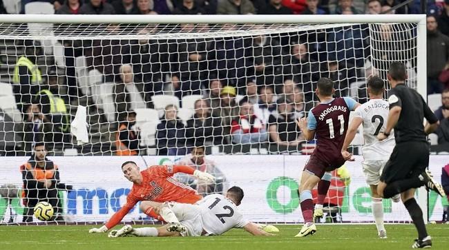West Ham United kembali gagal menang di Liga Inggris usai diimbangi Sheffield United di Stadion London. Keunggulan West Ham lewat gol Robert Snodgreass dibalas Sheffield dengan gol Lys Mousset. (John Walton/PA via AP)