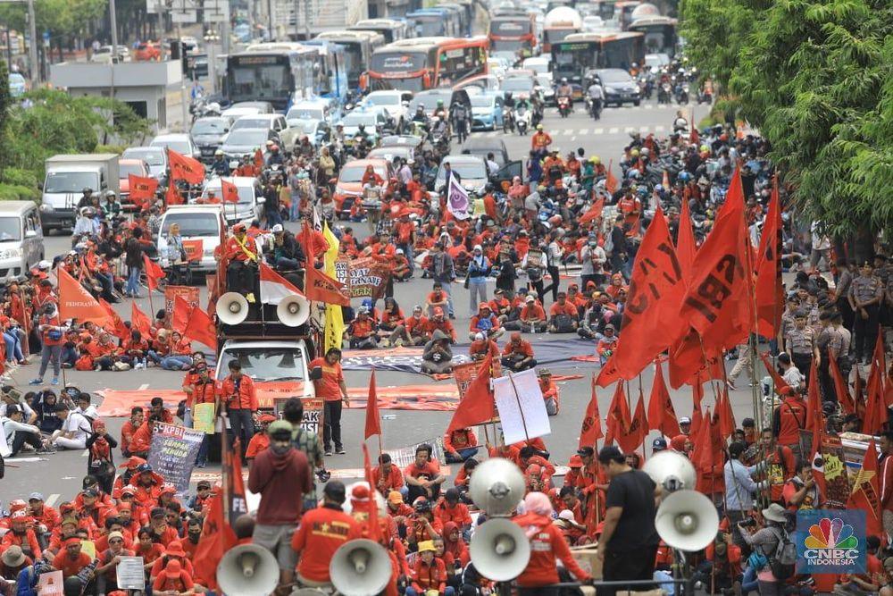 Buruh, mahasiswa, dan berbagai elemen masyarakat kembali turun ke jalanan dalam aksi demonstrasi Senin (28/10/2019)..