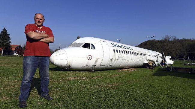 Pria Kroasia 'Sulap' Taman Jadi Parkiran Pesawat Fokker 100