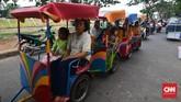 Banyak emak-emak mengajak anak-anak mereka saban sore keliling kampung. Terkadang mereka menyarter odong-odong untuk jalan-jalan ke tempat wisata di Jakarta seperti Monas, Kota Tua,maupun Ragunan. (CNN Indonesia/Daniela Dinda).