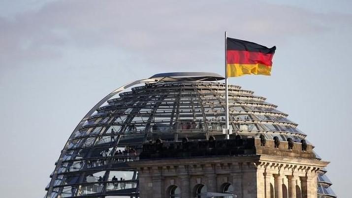 Bendera Jerman di Gedung Reichstag, Berlin, Jerman pada 2 Oktober 2013 (REUTERS/Fabrizio Bensch)