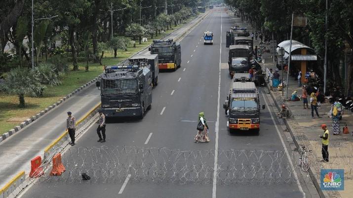 Ruas Jalan Medan Merdeka Barat telah ditutup dan dialihkan ke jalur alternatif oleh polisi jelang demo hari Senin (28/10/19).