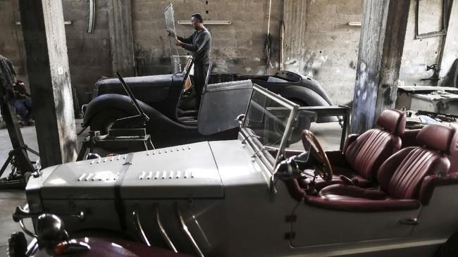Al Shindi sudah bekerja merestorasi mobil di Arab Saudi selama 12 tahun. Mobil terakhir yang dikerjakan adalah Armstrong Siddeley Hurricane 1946. (MAHMUD HAMS / AFP)