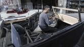Suku cadang yang dia butuhkan sangat sulit ditemukan di negara produsen mobil tua itu, bahkan untuk menemukannya di Gaza hampir mustahil terutama karena kota ini dibatasi blokade rezim Israel. (MAHMUD HAMS / AFP)