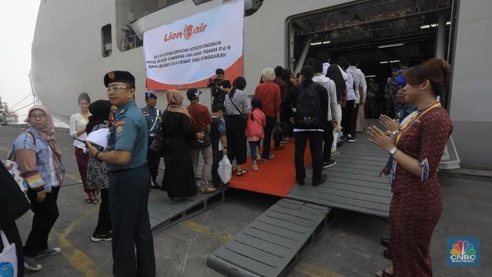 Tabur bunga tersebut diselenggarakan untuk mengenang satu tahun terjadinya kecelakaan pesawat Lion Air JT-610 yang jatuh di peraiaran Tanjung Karawang.