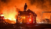 Kebakaran hutan dan lahan itu juga perusahaan listrik setempat memadamkan aliran listrik. (Jose Carlos Fajardo/Bay Area News Group/San Jose Mercury News via AP)