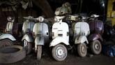 Seck merupakan salah satu warga penggemar Vespa yang selamat dari era 1970-an. Bamako adalah salah satu lokasi yang banyak dihuni skuter merek Italia buatan Indonesia itu. (MICHELE CATTANI / AFP)