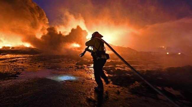 Pemadaman listrik besar-besaranakibat kebakaran hutan dan lahan di Los Angeles diperkirakan terjadi hingga beberapa hari ke depan. (Jose Carlos Fajardo/Bay Area News Group/San Jose Mercury News via AP)