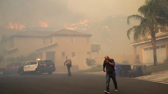 Kebakaran hutan dan lahan di California terus meluas. Api terus bergerak akibat angin kencang ke pemukiman elite dekat Los Angeles. (AP Photo/Marcio Jose Sanchez)