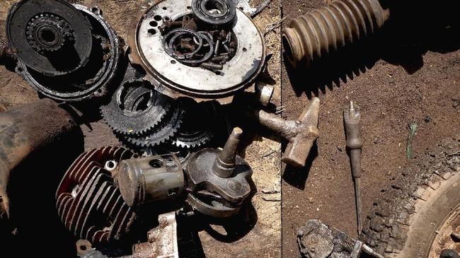 Seiring waktu, suku cadang dan mekanik Vespa di Mali semakin sulit ditemukan. Namun ada satu mekanik bernama Adama Guindo yang kini menjadi rujukan. (MICHELE CATTANI / AFP)