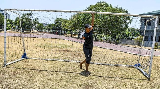 Pesepakbola Tim Garuda Indonesia Amputee Football (INAF) mempersiapkan gawang sebelum berlatih di Lapangan RS Dr Suyoto di Jakarta, Sabtu (5/10). (ANTARA FOTO/Galih Pradipta)
