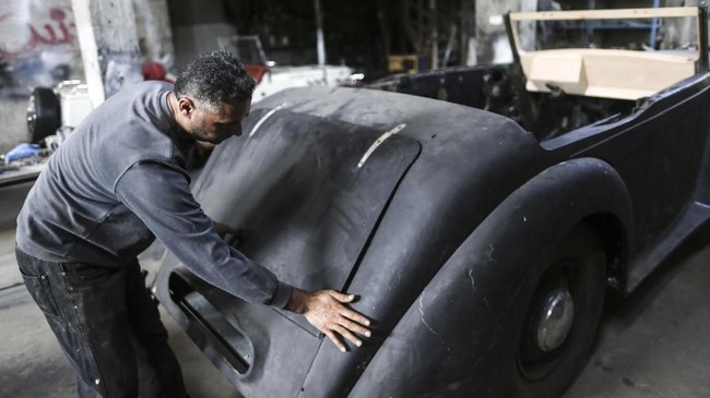 Al Shindi berharap bisa berkendara sambil memamerkan mobilnya namun dia tahu hal itu tidak mungkin dilakukan. Blokade Israel di Gaza sudah lebih dari satu dekade.(MAHMUD HAMS / AFP)