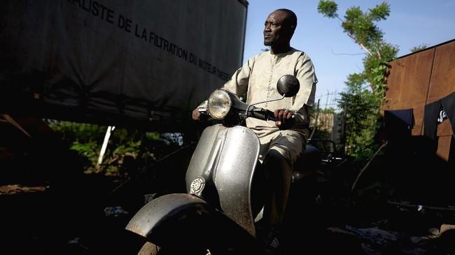 Kendati Indonesia pernah menjadiprodusen dan punya sejarahVespa, kini skuter-skuter modern Vespa dijual dengan status impor. (MICHELE CATTANI / AFP)