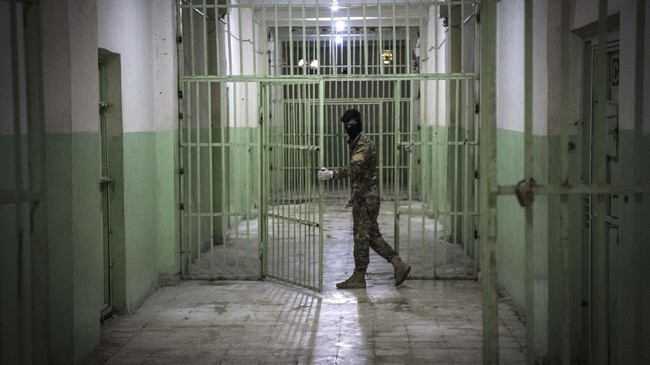 Ribuan orang yang diduga milisi ISIS ditahan di penjara yang dikendalikan oleh pasukan Kurdi yang tergabung dalam Tentara Demokratik Suriah (SDF). (FADEL SENNA/AFP)