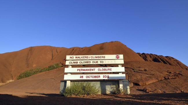 Suku Aborigin telah lama meminta pengunjung untuk menahan diri memanjat situs itu. Selain karena sakral, bukit batu itu juga sangat curam dan membahayakan keselamatan. (AFP/Saeed Khan)
