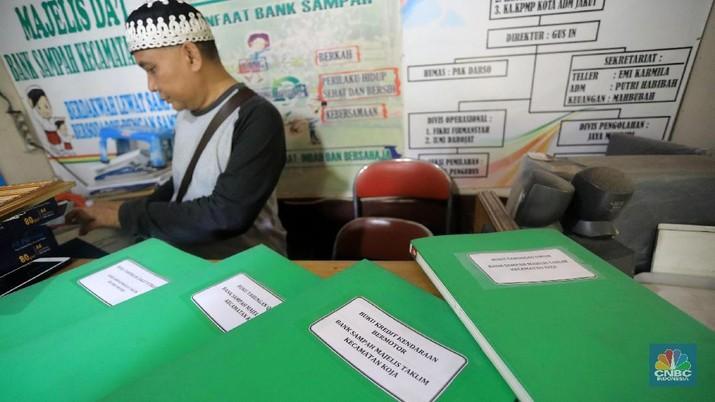 Program bank sampah ini tak hanya memberi keuntungan tapi juga melatih kesadaran masyarakat untuk tidak membuang sampah sembarangan.