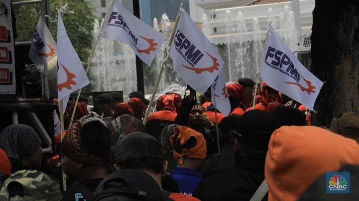 Aksi demonstrasi Ratusan buruh menolak kenaikan upah minimum 2020 di depan Kantor Balaikota, Jakarta, Rabu (30/10). Mereka menolak kenaikan upah minimum 2020 sebesar 8,51% berdasarkan surat edaran menteri ketenagakerjaan, mereka menuntut UMP/UMK 2020 dinaikkan antara 10-15%. Bila naik 15% maka UMP 2020 di DKI Jakarta bisa mencapai Rp 4.532.117 per bulan. Sedangkan bila mengikuti ketentuan usulan pemerintah pusat, kenaikan UMP sebesar 8,51%, maka kenaikannya hanya Rp 4,2 juta per bulan. Gubernur DKI Jakarta Anies Baswedan sempat menyebut akan mengumumkan keputusan UMP sesegera mungkin. Namun, kemungkinan Pemprov akan sesuai dengan SE Kemenaker. Pemprov DKI memang belum menetapkan UMP setidaknya hingga Senin (28/10). Penetapan UMP serempak sesuai ketentuan adalah 1 November.  (CNBC Indonesia/Muhammad Sabki)