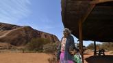 Warga Suku Anangu.Lebih dari 395 ribu orang mengunjungi Uluru-Kata Tjuta sejak awal tahun hingga Juni 2019. Sekitar 13 persen pengunjung selama periode itu melakukan pendakian. (AFP/Saeed Khan)