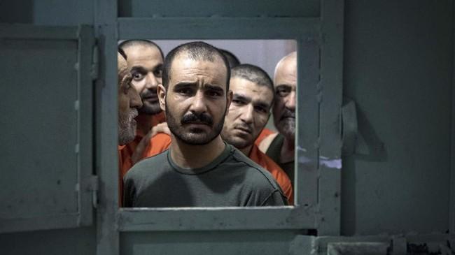 Terkadang rekan-rekan pengikut ISIS yang masih bebas kerap datang ke dekat penjara dan melepaskan tembakan sebagai perlambang mereka masih setia. (FADEL SENNA/AFP)
