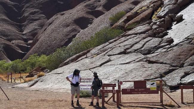 Uluru memiliki makna spiritual dan budaya yang besar bagi suku asli Australia. (AFP/Saeed Khan)