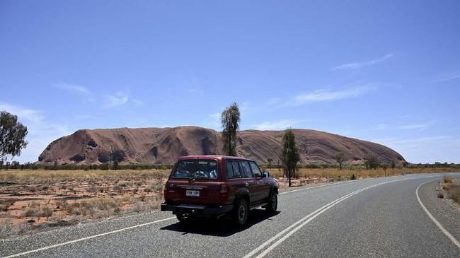 Uluru di Australia resmi ditutup secara permanen untuk para pendaki mulai Jumat (25/10) demi memenuhi keinginan Suku Aborigin yang ingin menjaga kesakralan bukit batu itu. (AFP/Saeed Khan)