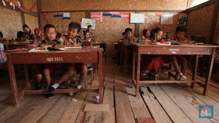 Presiden Joko Widodo (Jokowi) menyentil sejumlah hal mulai dari impor cangkul hingga sekolah ambruk