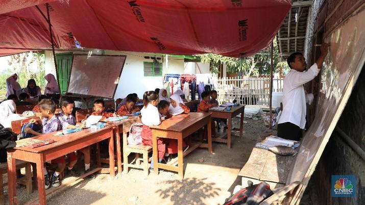 Bangunan sudah tidak layak, SDN Malangsari II harus melakukan kegiatan belajar mengajar (KBM) di teras rumah warga dengan atap yang terbuat dari terpal.