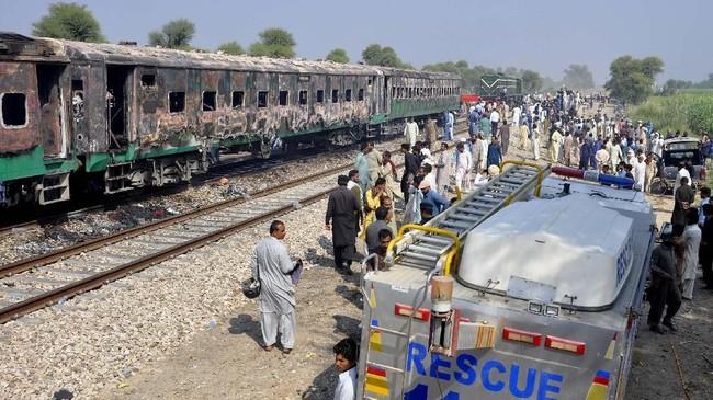 Api itu menyambar minyak goreng yang dibawa dan tertiup angin saat kereta melaju. (AP Photo/Siddique Baluch)