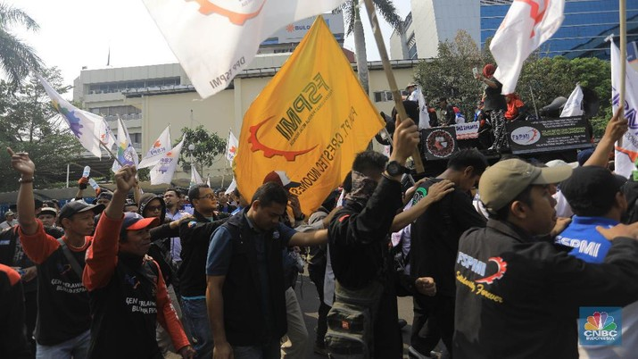 Mulai besok, buruh-buruh di Jawa Barat bakal demo besar dan mogok selama tiga hari berturut-turut untuk protes soal upah.