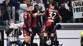 Genoa hanya butuh sempat menit untuk menyamakan kedudukan lewat gol penyerang asal Pantai Gading Christian Kouame (tengah). Skor imbang 1-1 bertahan hingga akhir babak pertama. (MARCO BERTORELLO / AFP)
