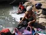 Efek Kemarau, Warga Karawang Cuci Pakaian di Saluran Irigasi