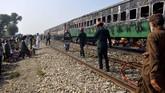 Menurut penumpang yang selamat, Ghulam Abbas, kereta itu butuh 20 menit untuk bisa berhenti. Beberapa penumpang mencoba menyalakan tanda bahaya untuk memberitahu masinis. (Photo by Waleed SADDIQUE / AFP)