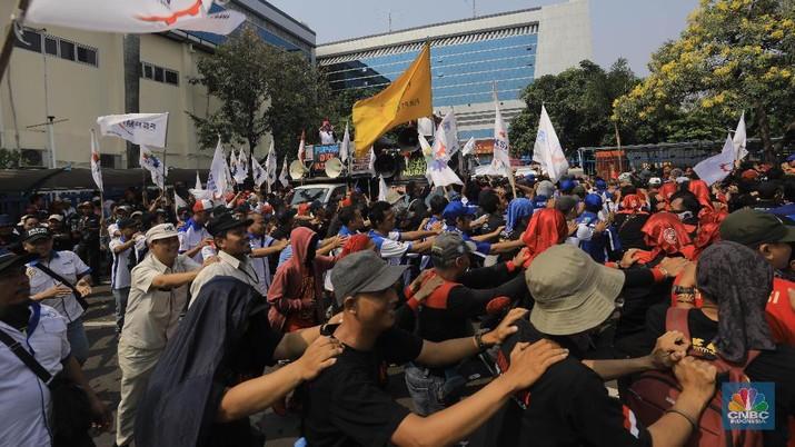 Buruh akan melakukan demo besar tuntut Omnibus Law.