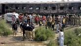 Api semakin membesar dan merambat ke sejumlah gerbong saat mendekati Kota Liaquatpur, Punjab. (AP Photo/Siddique Baluch)
