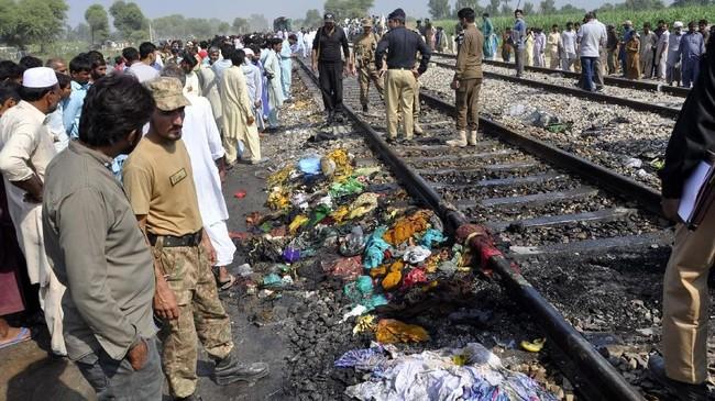 Menurut pejabat perusahaan kereta api setempat, Shabir Ahmed, jasad para korban yang melompat ditemukan hingga jarak dua kilometer dari lokasi kereta berhenti. (AP Photo/Siddique Baluch)
