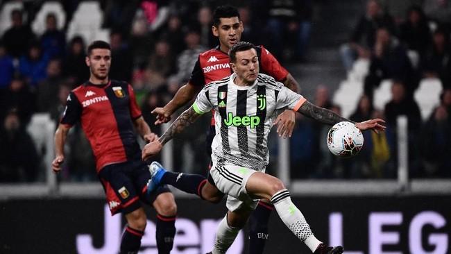 Federico Bernardeschi dipercaya menjadi penyerang lubang Juventus saat melawan Genoa. Meski mendominasi, Juventus sempat kesulitan membobol gawang tim tamu. (MARCO BERTORELLO / AFP)
