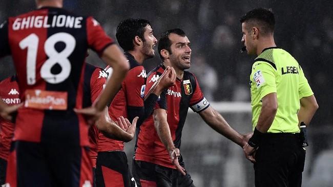 Setelah dua kartu merah dikeluarkan wasit Antonio Giua untuk Francesco Cassata (Genoa) dan Adrien Rabiot (Juventus), tuan rumah akhirnya mampu memecah kebuntuan saat injury time babak kedua memasuki menit keenam. (MARCO BERTORELLO / AFP)