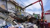 Saat gempa terjadi, Duterte sedang berada di kediamannya di Davao. Menurut Komandan Pasukan Pengaman Presiden Filipina, Brigjen. Jose Eriel Nembra, mereka sudah mengirim ahli bangunan untuk memeriksa kerusakan di rumah Duterte. (AP Photo/Romer S. Sarmiento)