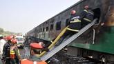 Korban tewas dalam kebakaran kereta di distrik Rahim Yar Khan, Provinsi Punjab, Pakistan berjumlah 71 orang. (AP Photo/Siddique Baluch)
