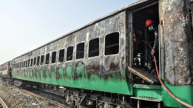 Insiden itu dilaporkan dipicu oleh ledakan dari kompor saat memasak di kereta yang dibawa oleh rombongan Jemaah Tabligh. (Photo by Waleed SADDIQUE / AFP)