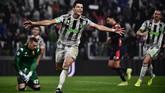 Juventus mendapat hadiah tendangan penalti setelah Cristiano Ronaldo dilanggar di kotak penalti. CR7 sendiri yang mengeksekusi penalti dan membawa Juventus menang 2-1 atas Genoa. (MARCO BERTORELLO / AFP)