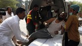 Selama itu sejumlah penumpang mencoba menyelamatkan diri dengan nekat melompat ke luar saat kereta masih melaju. (AP Photo/Asim Tanveer)