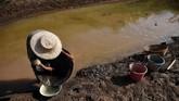 Aliran anak sungai Mekong di Nong Khai, Laos mengalami penurunan sekitar satu meter, atau lebih dangkal dari rata-rata.(Photo by Lillian SUWANRUMPHA / AFP)