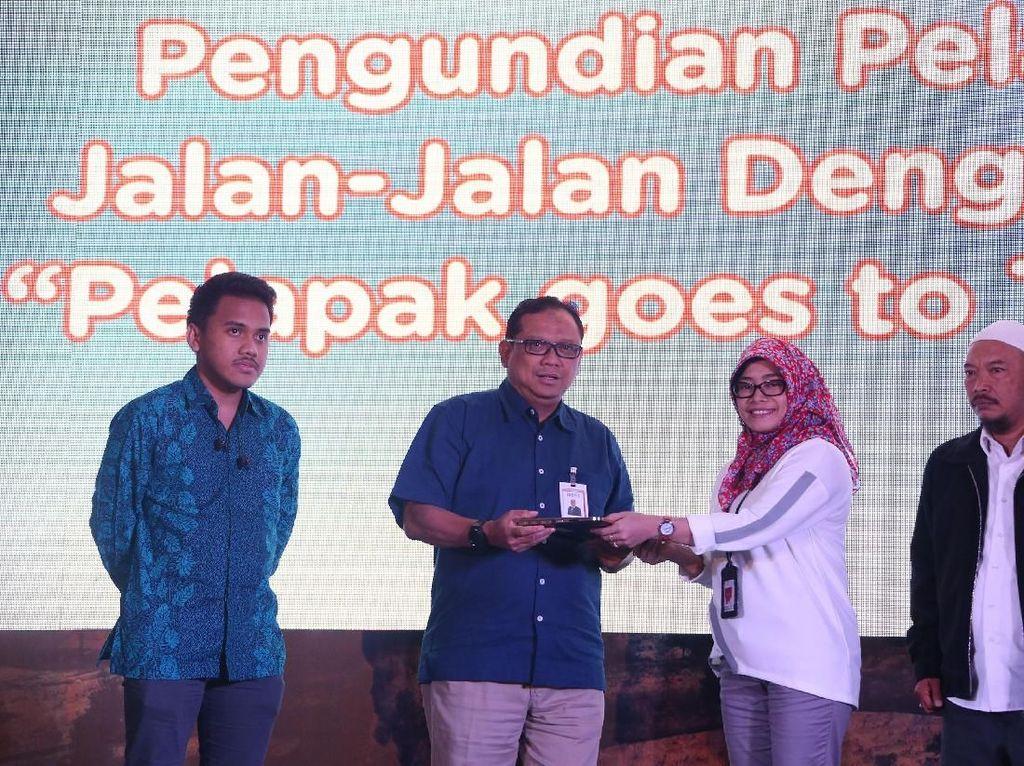 General Manager Divisi Manajemen Produk Konsumer BNI Donny Bima (kanan) dan Director of Payment, Fintech, and Virtual Products Bukalapak Victor Lesmana (kiri) berfoto bersama seorang pelapak yang beruntung berlibur ke Turki dalam acara Program Pelapak Jalan-jalan dengan BNI, bertempat di Jakarta, Kamis (31 Oktober 2019).