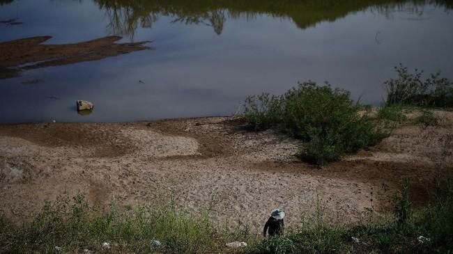 Warga yang mendiami aliran sungai Mekong mengatakan penurunan debit air terjadi karena musim kemaran dan adanya proyek pembangunan bendungan.(Photo by Lillian SUWANRUMPHA / AFP)